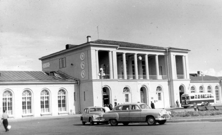 Советские автомобили у здания железнодорожного вокзала в Пушкине
